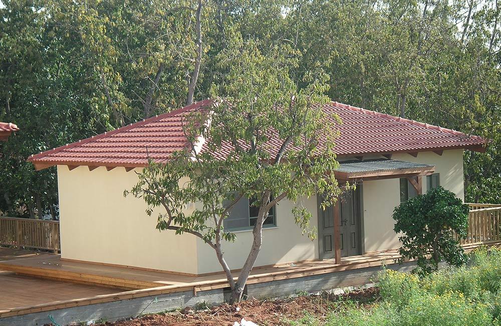 בית עץ סטודיו עם גג רעפים אדום