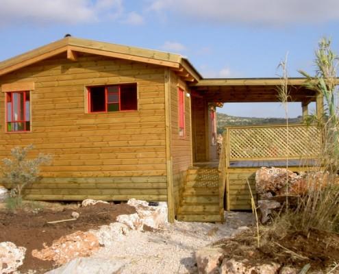 בניית צימרים מעץ עם מרפסת