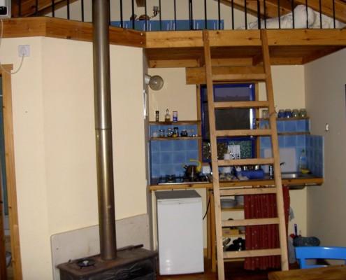 בניית צימר מעץ בגליל עם סולם לקומה השנייה
