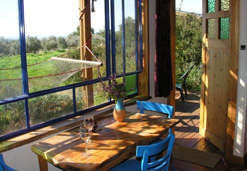 בניית צימרים מעץ עם נוף לשטח פתוח