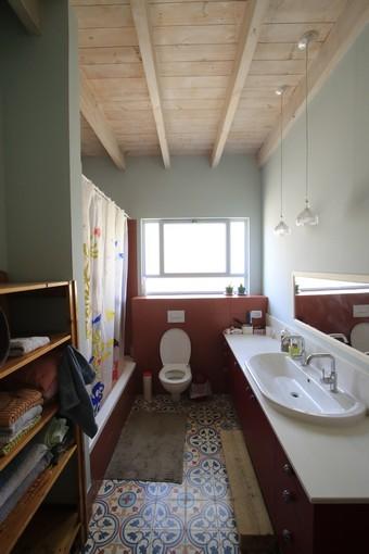 מקלחת בבית עץ