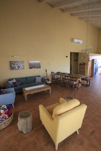 סלון בית עץ עך כורסאות וספות