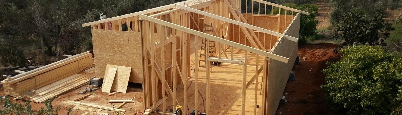 בניית שלד של בית עץ